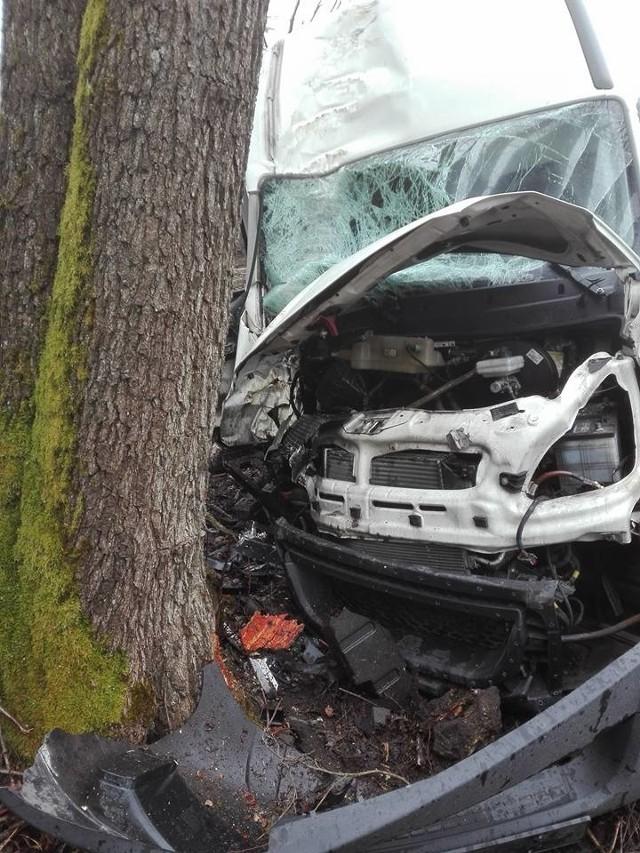 Na drodze krajowej nr 19 doszło do groźnego wypadku. Iveco Daily wypadło z drogi i uderzyło w przydrożne drzewo.