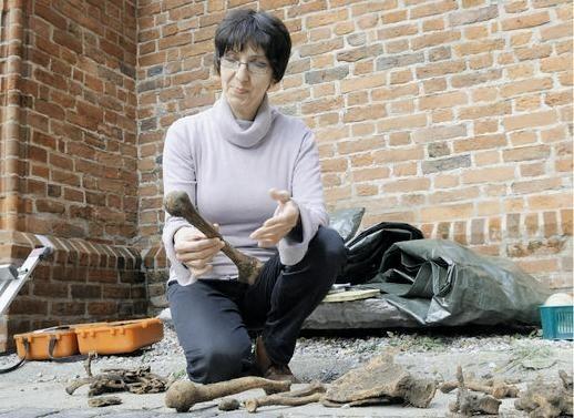 Prof. Sulkowska-Tuszyńska: - Ziemia wokół kościoła kryje 13 poziomów grobów