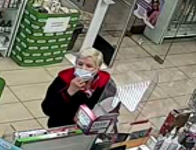 Kryminalni z bydgoskiego Błonia prowadzą postępowanie w sprawie kradzieży portfela z zawartością karty bankomatowej, przy użyciu której dokonano płatności zbliżeniowej w aptece przy ul. Kruszwickiej 1 w Bydgoszczy