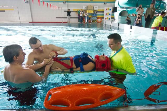 Na szczęście to tylko ćwiczenia ratowników na jednym z bydgoskich basenów, ale statystyki są przerażające. Tylko w czerwcu tego roku utonęły w Polsce 83 osoby, w lipcu 76, w sierpniu 69