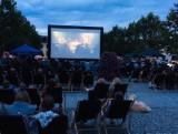"""Będzie seans kina plenerowego w Grójcu. Tym razem organizatorzy zapraszają na komedię romatyczną """"Pech to nie grzech"""""""