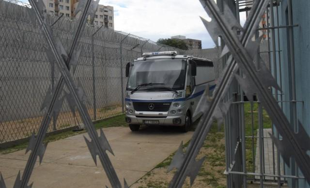 Więźniarki wciąż przywożą nowych skazanych za przestępstwa komunikacyjne. W naszym regionie kary odbywa prawie 600 kierowców.