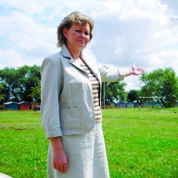 - Na miejscu starego powstanie nowe boisko wielofunkcyjne - pokazuje Bożena Przeździecka, dyrektor Szkoły Podstawowej Nr 4 w Zambrowie