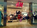 """W H&M kupisz """"na kreskę"""". Sieć pozwoli na zapłacenie za ubranie po pewnym czasie.  """"Kup teraz, zapłać później"""" to na razie test"""