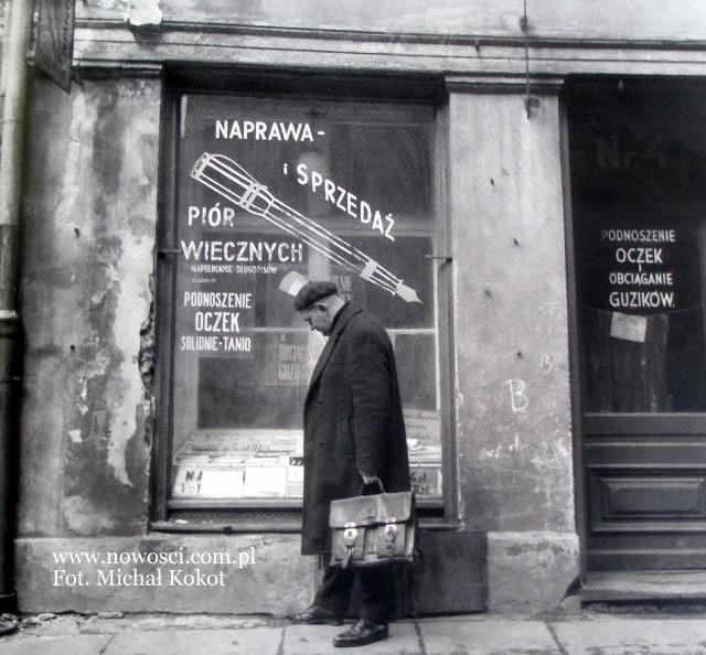 Piękne zdjęcie, typowe dla fotografa-poety czyli Michała Kokota. Gdzie zostało zrobione? Przy ul. Szewskiej. Pióro można tu było oddać do naprawy jeszcze w latach 90.