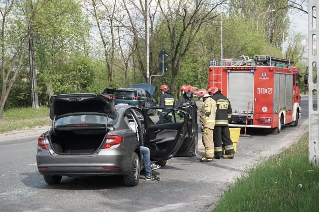 Zderzenie samochodów u zbiegu Waltera Janke i Obywatelskiej w Łodzi - sobota, 15 maja 2021.