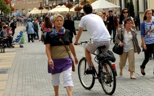Niektórzy rowerzyści urządzają sobie na lubelskim deptaku tor wyścigowy