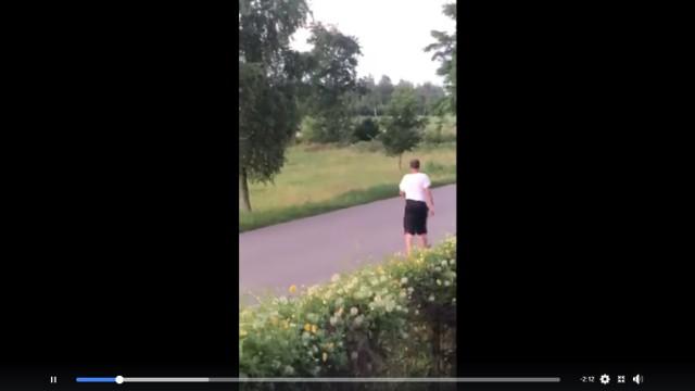 Awanturujący się mężczyzna został nagrany, w piątek zatrzymała go policja.
