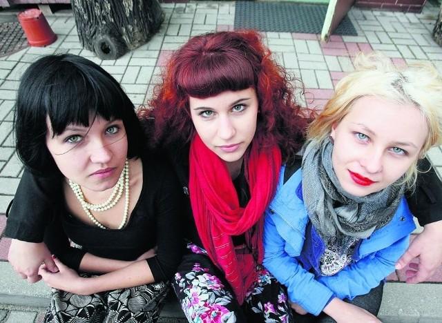 Paula, Karolina i Asia z klasy plastycznej czekają na zajęcia