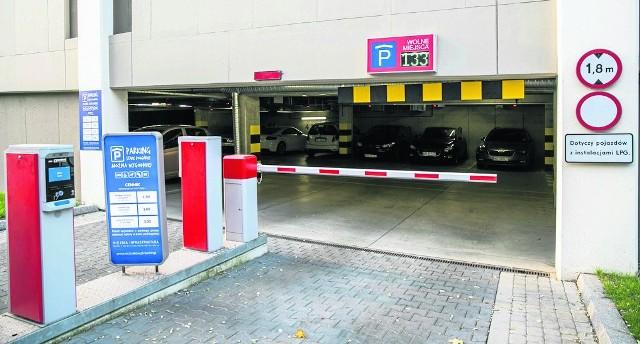 Miasto wybudowało parking przy hali KS Korona, ale trudno zachęcić kierowców do korzystania z niego
