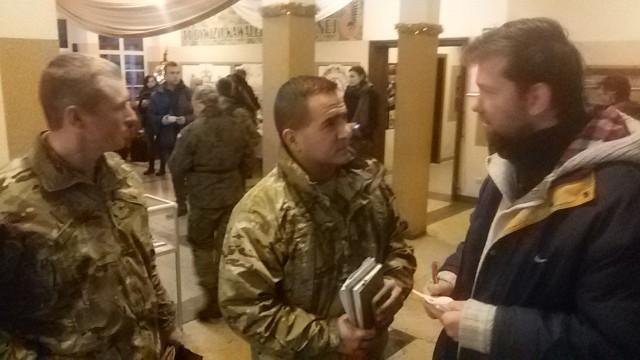 Jack Tolin i Joshua Camara  z sekcji prasowej armii USA w Niemczech.