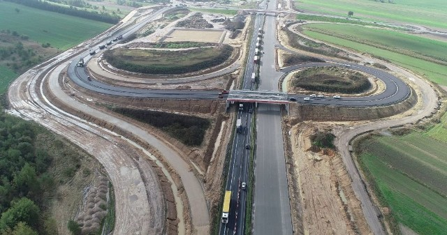 Praktycznie na całej długości odcinka E autostrady A1 leży już betonowa nawierzchnia. Świetnie widać, jedyny na tym odcinku, węzeł Mykanów. Można też zobaczyć postępy prac na wyczekiwanych przez mieszkańców wiaduktach. Zdjęcia zostały wykonane pod koniec października 2020r.Zobacz kolejne zdjęcia. Przesuwaj zdjęcia w prawo - naciśnij strzałkę lub przycisk NASTĘPNE