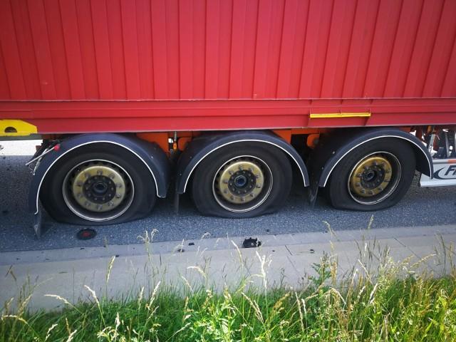 Wrocław: W ciężarówce pękło sześć opon, kierowca został ranny w twarz. Utrudnienia na drodze do lotniska (ZDJĘCIA)