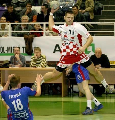 Tym razem najskuteczniejszym graczem Chrobrego był Mikołaj Szymyślik (z piłką). Jego rzuty nie wystarczyły na wywiezienie z Olsztyna choćby punktu.