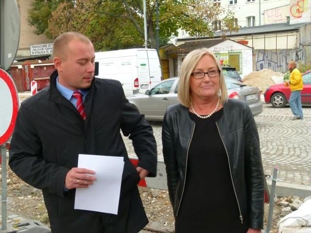 """Radni klubu """"Łódź 2020"""" Sebastian Tylman i Joanna Kopcińska przygotowali projekt obniżający stawki za parkowanie w mieście."""