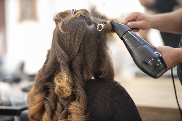 Modne odmładzające fryzury na wakacje 2021Wiele kobiet pragnie wyglądać pięknie, a jednocześnie modnie i młodo. Odpowiednio dobrana fryzura pozwala nie tylko poczuć się młodziej, ale też wizualnie odejmie nawet kilka lat.Odmładzające fryzury nie muszą oznaczać rewolucji na głowie. Nie trzeba wcale drastycznie zmieniać wyglądu, żeby się odmłodzić. Znane odmładzające triki to m.in.:- rozjaśnienie włosów o kilka tonów całej powierzchni lub kilku pasemek w okolicy twarzy,- fryzura tzw. bob,- grzywka - dobrze dobrana modeluje rysy twarzy, tuszuje mankamenty i potrafi odmłodzić o kilka lat,- krótkie włosy,- cieniowane dłuższe włosy.Szukasz pomysłu na fryzurę na wakacje? W naszej galerii znajdziesz inspirację na najmodniejsze odmładzające fryzury. Dzięki nim możesz odjąć sobie nawet 10 lat!Aby zobaczyć najlepsze i najmodniejsze fryzury na lato 2021, przejdź do galerii zdjęć >>>>>