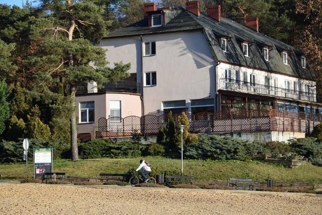 """Mimo że Ośrodek Terapii Uzależnień """"Forest"""" w Sępólnie po półtora roku zakończył swoją działalność, Kapost zapowiada dalsze funkcjonowanie ośrodka pod zmienioną nazwą przez podkupionego od Wachowiaka terapeutę"""