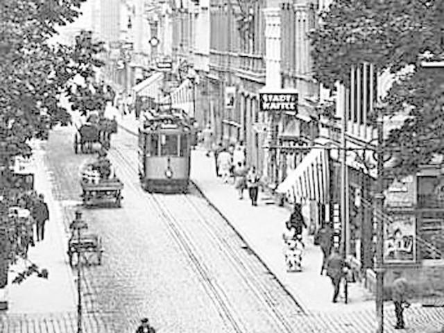 Piękny  tramwaj  na ulicy Zwycięstwa