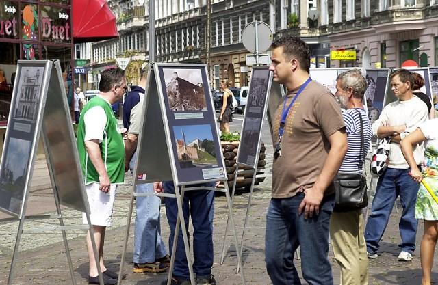 Już chwilę po otwarciu ekspozycji zdjęcia były oglądane przez tłum szczecinian.