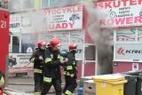Pożar sklepu z motocyklami i skuterami na Tarnogaju. 20 osób ewakuowanych