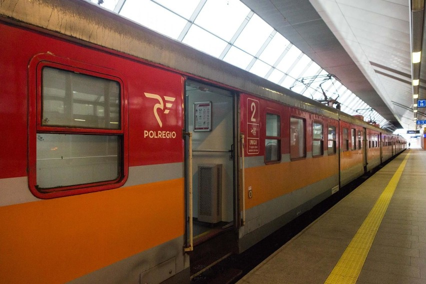 Osoba zakażona jechała pociągiem Polregio relacji Poznań - Toruń.