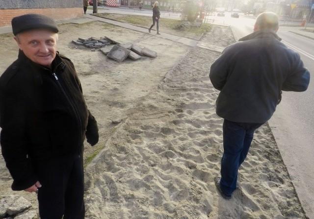 Ulica Pionierów, centrum Kędzierzyna-Koźla. Chodnik jest tu rozkopany od trzech miesięcy. Mieszkańcy będą musieli brodzić w piachu, dopóki Powiatowy Zarząd Dróg nie wyłoni w przetargu kolejnego wykonawcy. Poprzedni zainkasował za robotę 40 tys. zł.