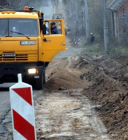 Na drodze do Święciechowa drogowcy umacniają pobocze. Mieszkańcy wsi twierdzą, że to na nic, bo pierwszy lepszy tir zniszczy ich pracę.
