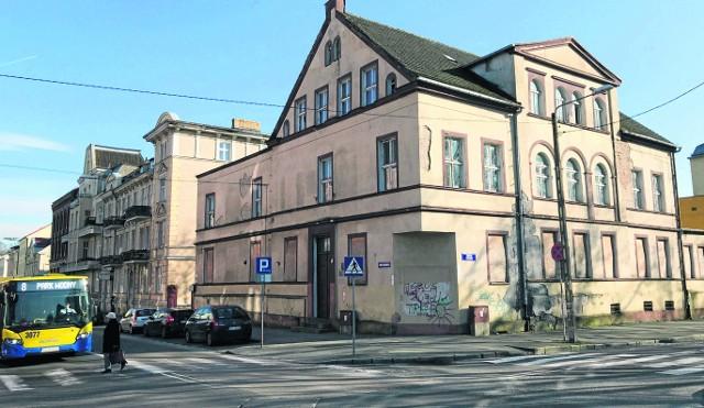 Kamienicę przy Armii Krajowej 1, która jest zabytkiem, kupiła spółka, której siedziba mieści się w pustostanie na ulicy Gdyńskiej. Sam budynek niszczeje, a urzędnicy starają się, by został zabezpieczony i nie zagrażał przechodniom
