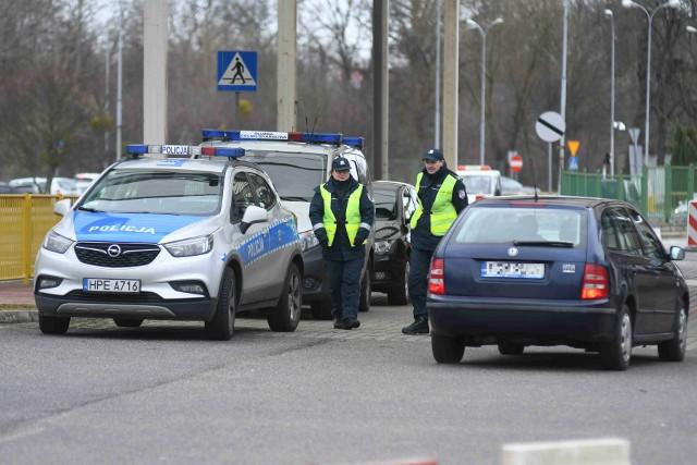 """Policja, straż pożarna, służba celna, straż graniczna - przedstawicie tych służb obecni są na byłym przejściu granicznym w Kostrzynie nad Odrą. Kontrole sanitarne prowadzone są wyrywkowo. Sprawdzane są pojazdy, które wjeżdżają do Polski z Niemiec.Służby kierują do kontroli przede wszystkim pojazdy, którymi podróżuje kilka osób. W przypadku Kostrzyna są to głównie osobowe busy. Z powodu tragicznego stanu technicznego mostu na Odrze już przed kilkoma laty wprowadzono ograniczenie masy pojazdów, które mogą po nim przejeżdżać. Oznacza to, że przynajmniej oficjalnie autokary granicy w Kostrzynie pokonać nie mogą. Z powodu wprowadzenia kontroli sanitarnych służby drogowe zmieniły organizację ruchu na dawnym przejściu granicznym. Wszystkie pojazdy wjeżdżające do Polski przejeżdżają przez specjalny rękaw, gdzie służby typują pojazdy do kontroli. Miejsce to usytuowane jest tuż przy głównym wejściu do siedziby Muzeum Twierdzy Kostrzyn. """"Idziemy na pierwszy ogień. Rozumiemy powagę sytuacji, ale pracujemy dalej. PS. Kontrole odbywają się wyrywkowo - głównie busy osobowe, ale nie tylko"""" - czytamy na facebookowym profilu kostrzyńskiego muzeum. Przy siedzibie tej instytucji rozstawiono też pneumatyczny namiot, który ma służyć służbom, prowadzącym kontrole sanitarne. WIDEO: Objawy zakażenia koronawirusem, zasady higieny i zachowania. Poradnik Ministerstwa Zdrowia"""