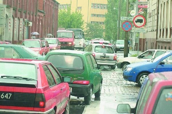 Ulica Dworcowa w godzinach szczytu jest  nieprzejezdna. Tak wyglądała w ostatni piątek.  Inwestycja prowadzona na ul. Zygmunta Augusta  i Langiewicza powinna to zmienić.