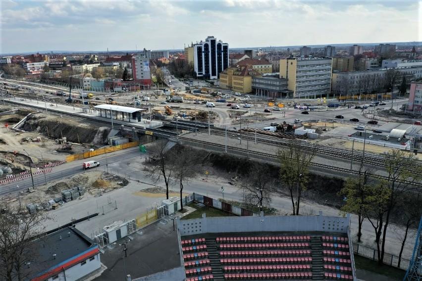 Na wysokości stadiony piłkarskiego przy ul. Oleskiej jest...