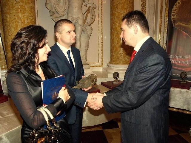 Właściciel firmy, Robert Dziubeła odbiera nagrodę wraz z żoną Justyną. fot. archiwum