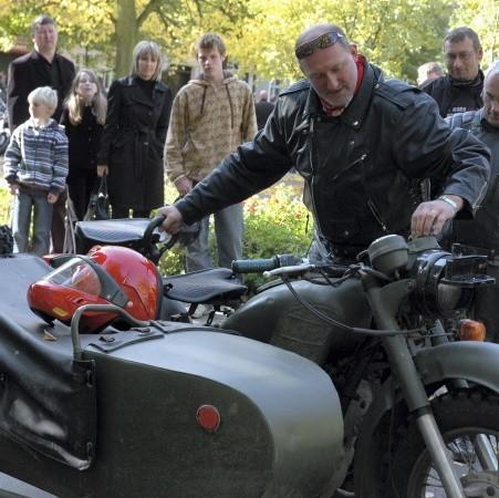 """Jednym z pierwszych motocyklistów w korowodzie, który wyruszył z rynku do Obry był oblat Mariusz Legieżyński, który miał małe problemy z odpaleniem swojej leciwej, ponoć ,,kapryśnej"""" radzieckiej K750-tki."""