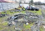 7 miesięcy temu podpalono samochody hobbysty. Do tej pory tego nie posprzątano...