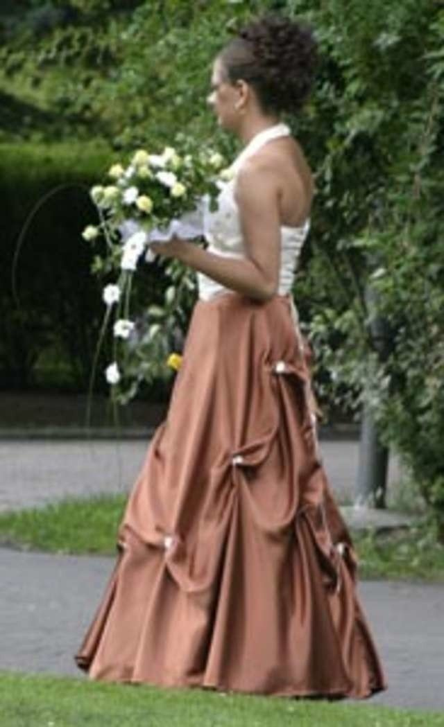 319b6a304f030 Smoking zamiast garnituru i najczęściej biała, długa suknia - w takich  strojach państwo młodzi wkraczają na nową drogę życia. Pary starają się, by  nawet po ...