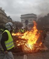 """Zamieszki w Paryżu 2018 [ZDJĘCIA] Łuk Triumfalny zniszczony, protesty """"żółtych kamizelek"""" nie ustają. Francji grozi stan wyjątkowy"""