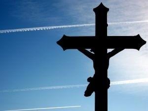 Krzyż daje ludziom wiarę w to, że nie są sami, że ich życie ma jakiś sens. Można się z katolikami spierać o wiele spraw, ale akurat przesłanie płynące z Krzyża ma charakter na tyle uniwersalny, że nawet niewierzącemu lub wierzącemu inaczej warto się w nie uważnie wsłuchać.