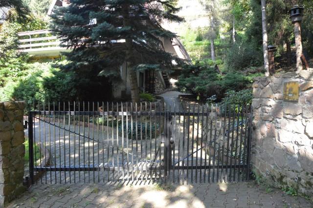 Dom w Pcimiu, w którym zabarykadował się czterdziestoletni samobójca i domniemany zabójca partnerki