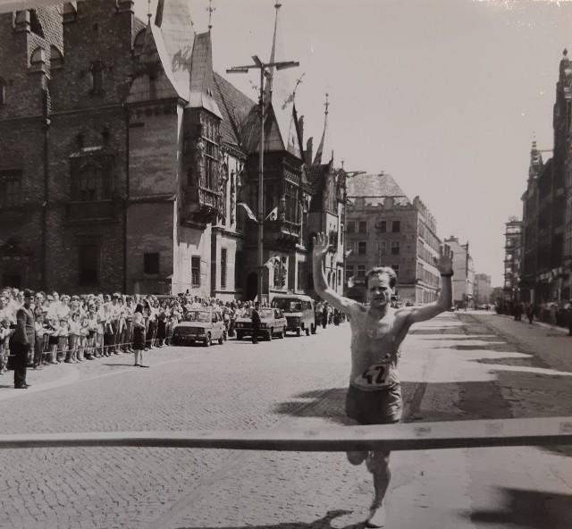 """Dziś buty za kilkaset złotych i supernowoczesny zegarek, który mierzy puls, ciśnienie i śledzi naszą trasę. Kiedyś - jakaś koszulka, """"adidasy"""" i mały Fiat czekający na mecie. """"Mraton Ślężan"""" to protoplasta dzisiejszego PKO Wrocław Maratonu. Startowano wówczas z Sobótki, a meta znajdowała się na wrocławskim runku. Aż do końca lat 80-tych cały dystans pokonywało góra 400 osób. Zobaczcie ten niepowtarzalny klimat! A może ktoś z Was znajdzie się na zdjęciach?WAŻNE - DO KOLEJNYCH ZDJĘĆ MOŻNA PRZEJŚĆ ZA POMOCĄ GESTÓW LUB STRZAŁEK!"""