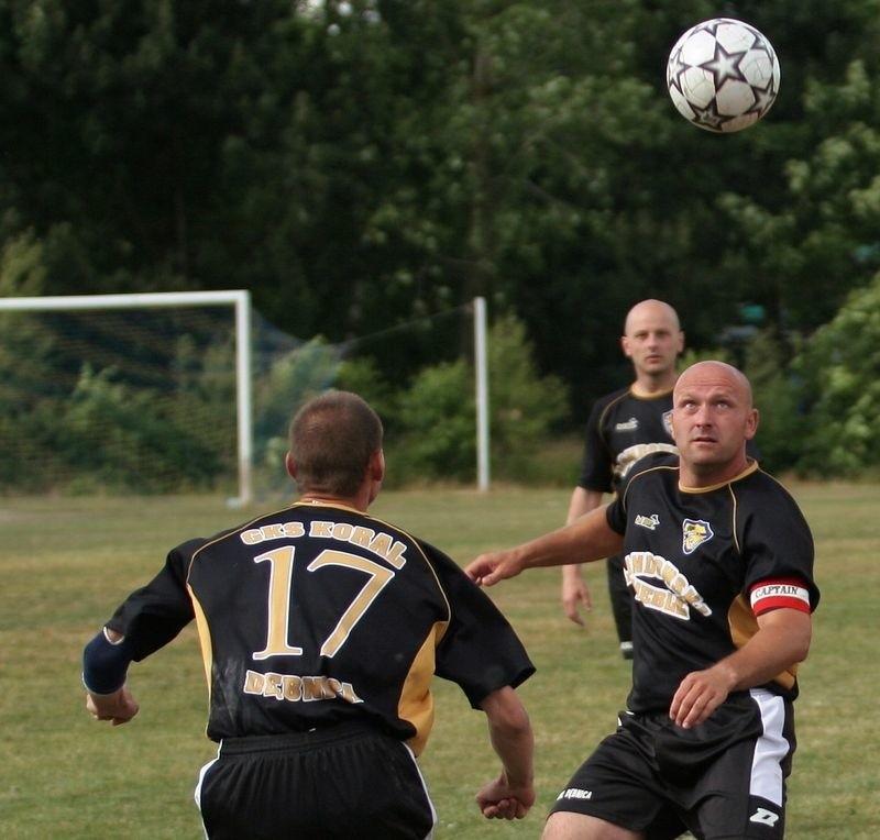 Z prawej Grzegorz Dowksza wybijający się piłkarz Korala.