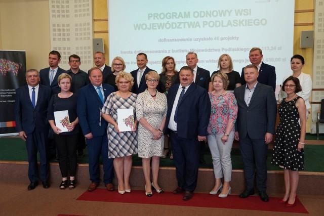 """Przedstawiciele samorządów, którzy podpisali dziś umowy na dofinansowanie projektów w ramach """"Programu odnowy wsi województwa podlaskiego"""""""