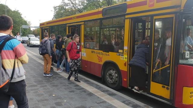 Sytuacja z 9 września. Na przystanku u zbiegu ulic Krzemienieckiej z Konstantynowską (przy łódzkim ZOO) nie wszyscy pasażerowie zmieścili się do autobusu 43 B.