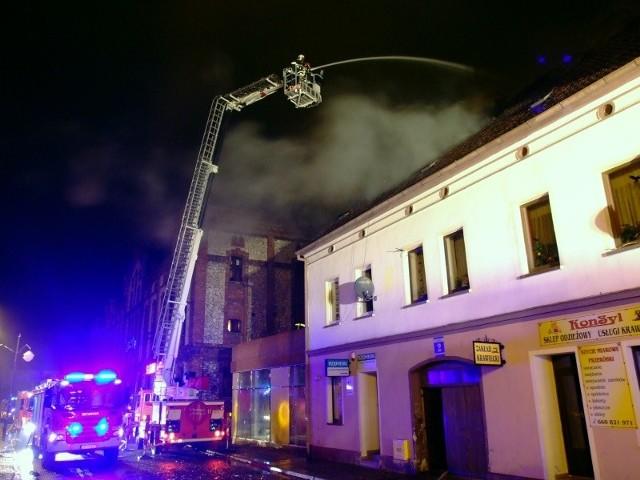 Strażacy opanowali płomienie, ale ogień strawił niemal całe poddasze kamienicy. Bez dachu nad głową zostało 15 mieszkańców.