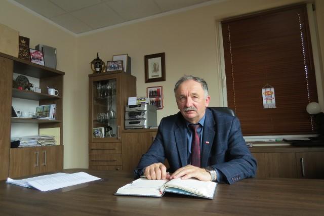Jan Kowalski, wiceprzewodniczący rady miejskiej w Brodnicy i przedsiębiorca od kilku lat pomaga mieszkańcom Brodnicy i powiatu brodnickiego w podłączeniu ich domów do sieci gazowej. W firmie CeraKo prowadzi biuro do spraw przyłączeń gazowych