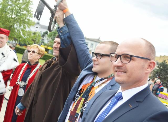 Prezydent Marek Wojtkowski w asyście swojego zastępcy Barbary Moraczewskiej przekazał klucz studentom.
