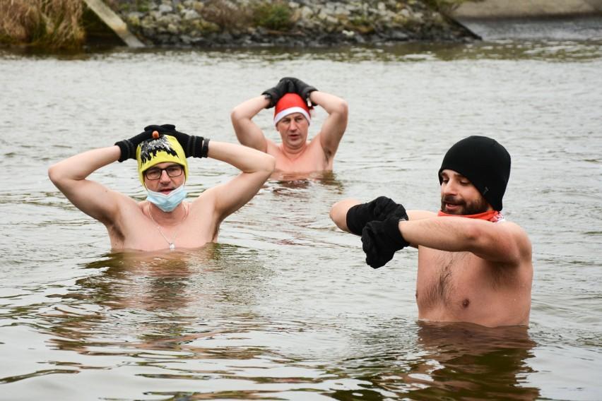 Morsom zimno niestraszne. Zobacz zdjęcia z mikołajkowej kąpieli przy tamie Zalewu Zemborzyckiego