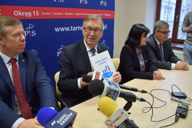 Wiceminister Stanisław Szwed podczas konferencji prasowej w tarnowskim biurze PiS