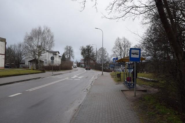 Ulica Koszalińska w Miastku. Zatoka autobusowa wykonana zostanie mniej więcej na wysokości obecnego zjazdu w ul. Ogrodowej. Całe skrzyżowanie ulegnie przebudowie.
