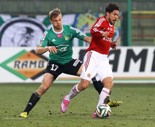 Z lewej Adrian Basta - jako zawodnik GKS-u Bełchatów