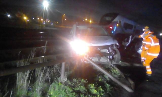 W nocy z soboty na niedzielę, 24 marca, kierowca dacii wjechał na tory w Zielonej Górze i jechał wzdłuż nich. Rozbity samochód porzucił na torowisku przy ul. Dąbrowskiego. i poszedł do domu.O rozbitym samochodzie stojącym na torach została powiadomiona policja. Kierowcy dacii nie było już przy samochodzie. Na szczęście samochód został porzucony na bocznicy.Nie wiadomo, w którym miejscu kierowca wjechał na tory. – Ustalamy okoliczności zdarzenia – mówi podinsp. Małgorzata Stanisławska, rzeczniczka zielonogórskiej policji. Zobacz też:  Wypadek na niebezpiecznym skrzyżowaniu. Cztery osoby trafiły do szpitala